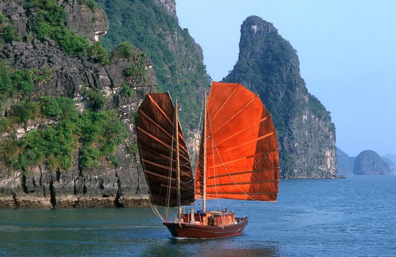 VIETNAM / Dschunke in der Halong-Bucht